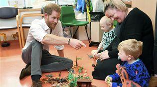 新晋奶爸哈里王子访儿童医院 陪患儿玩耍